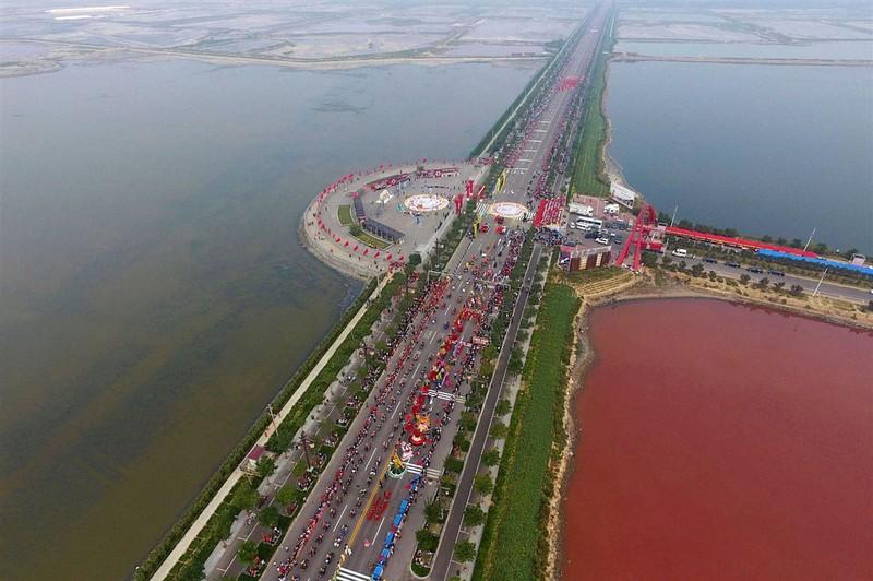 'Biển Chết Trung Quốc' bất ngờ đỏ thẫm như máu