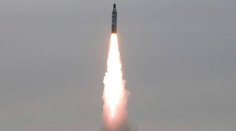 Hình ảnh một tên lửa đạn đạo phóng từ tàu ngầm của Triều Tiên được hãng thông tấn Triều Tiên KCNA công bố vào ngày 24-4-2016. Ảnh: Reuters/KCNA