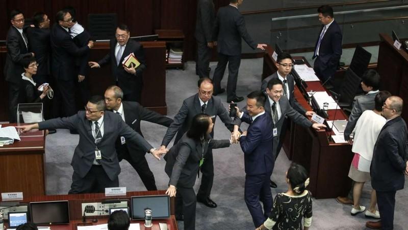 Nghị trường Hong Kong náo loạn, nghị sĩ chửi Trung Quốc