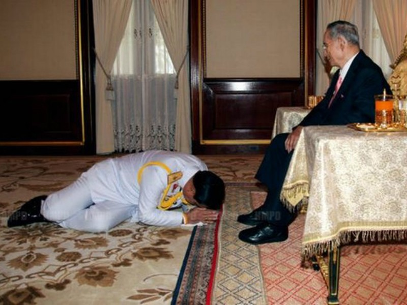 Quốc vương Thái Lan và những tướng quân quỳ phục - ảnh 2