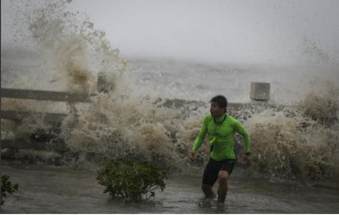 Bão đổ bộ Hải Nam, Trung Quốc di tản gần nửa triệu dân