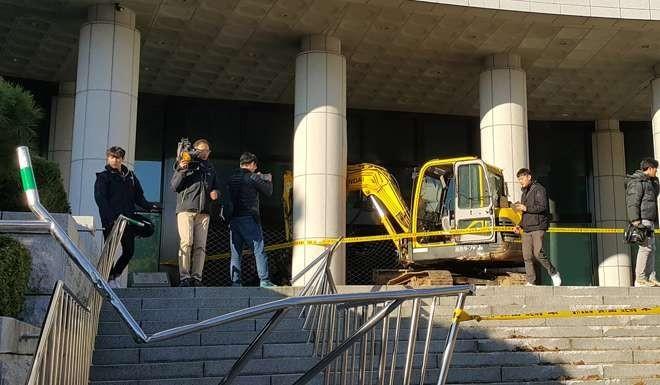 Lao xe cẩu vào tòa nhà chính phủ đòi giết Choi Soon-sil - ảnh 2