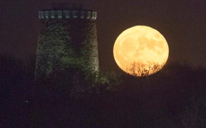 Thế giới ngước nhìn 'siêu trăng' lớn nhất 70 năm qua - ảnh 8