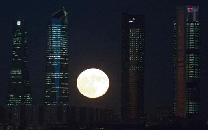 Thế giới ngước nhìn 'siêu trăng' lớn nhất 70 năm qua - ảnh 9