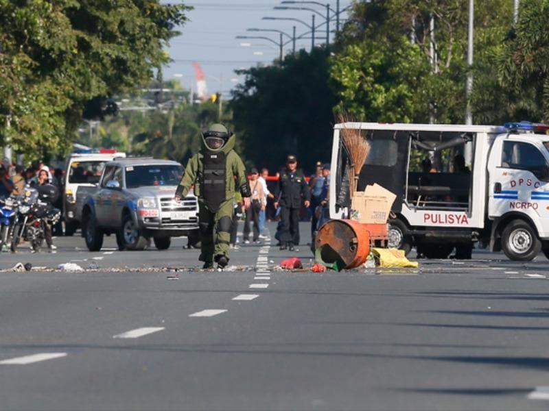 Cảnh sát Philippines cho nổ vật thể nghi là bom tự chế gần đại sứ quán Mỹ tại Manila. Ảnh AP