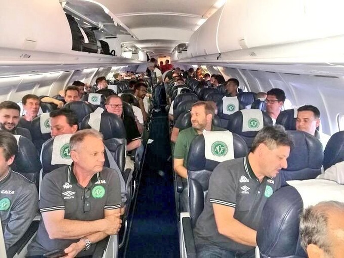 Hình ảnh hiện trường máy bay rơi chở đội bóng Brazil - ảnh 4