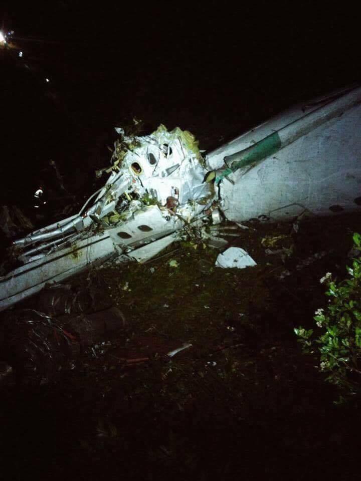 Hình ảnh hiện trường máy bay rơi chở đội bóng Brazil - ảnh 2