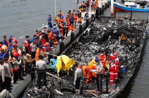 Cháy tàu du lịch Indonesia, hơn 20 người thiệt mạng - ảnh 1