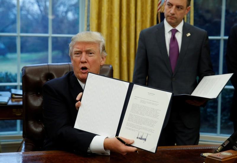 Tân tổng thống Donald Trump ký bản ghi nhớ yêu cầu chính phủ rút khỏi TPP.