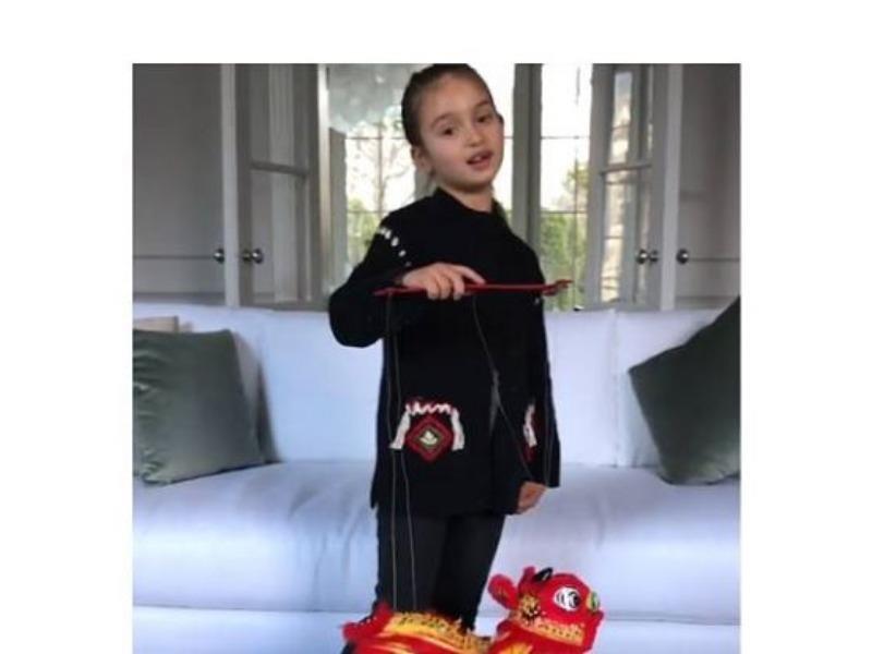 Cháu gái ông Trump hát mừng năm mới bằng tiếng Hoa - ảnh 1
