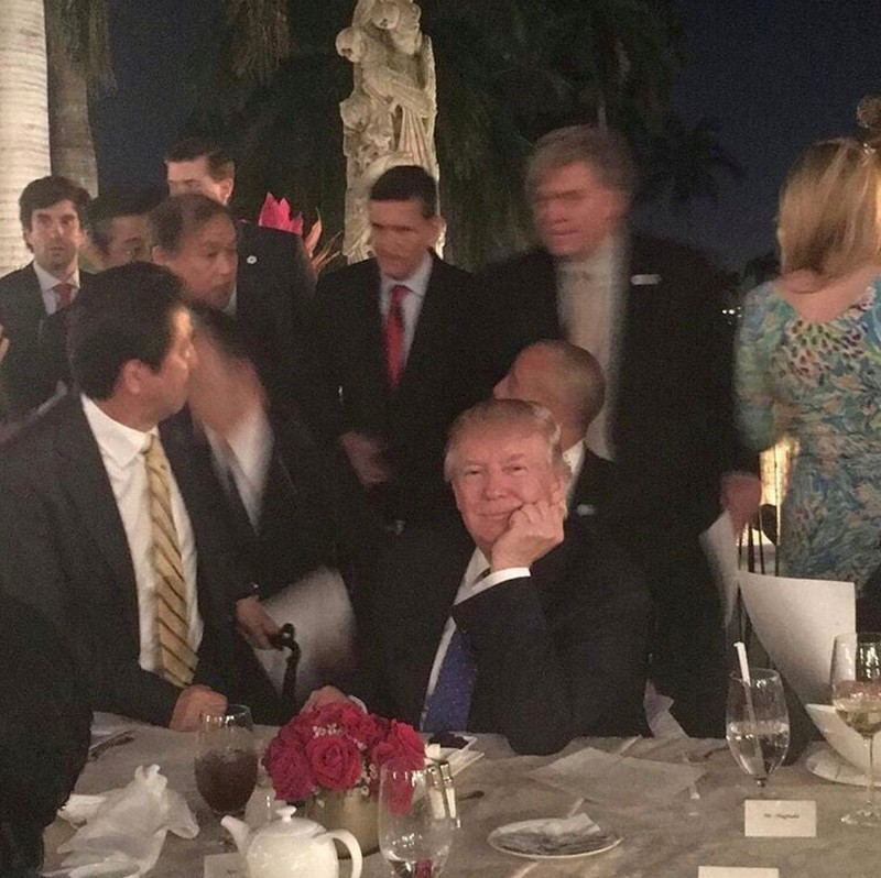 Ông Trump bàn chuyện 'quốc gia đại sự' giữa bàn tiệc - ảnh 2