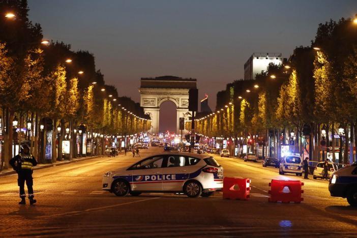 Khủng bố Paris đẫm máu chỉ ba ngày trước bầu cử Pháp - ảnh 1