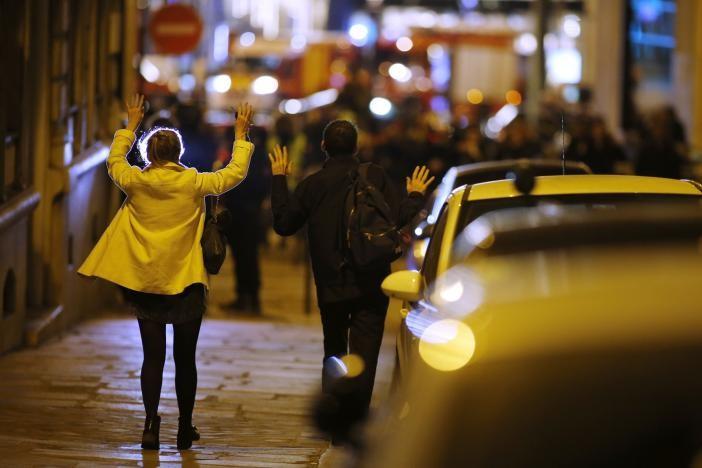 Khủng bố Paris đẫm máu chỉ ba ngày trước bầu cử Pháp - ảnh 2