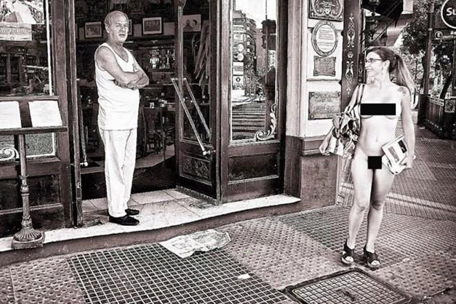 Người mẫu xinh đẹp khỏa thân trên phố để kỷ niệm... sinh nhật - ảnh 2