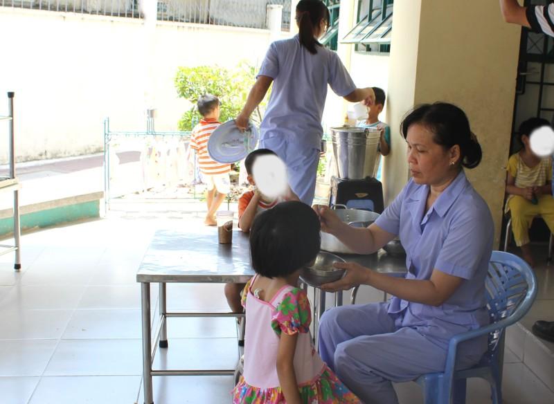Thanh tra Sở vào cuộc vụ năm bảo mẫu đánh trẻ nhiễm HIV - ảnh 3