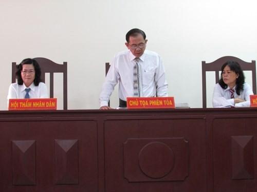 Thẩm phán vụ 'mua bánh mì phải lấy hóa đơn' từ chối tiếp tục xét xử - ảnh 1