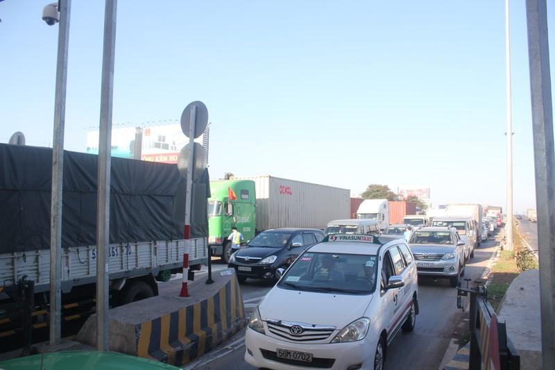 Kẹt xe trong ngày đầu tiên trạm thu phí cầu Đồng Nai mới hoạt động - ảnh 1