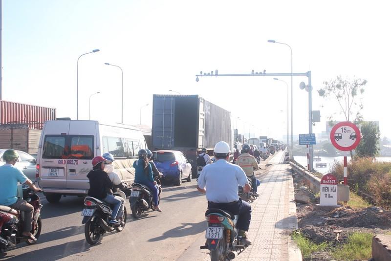 Kẹt xe trong ngày đầu tiên trạm thu phí cầu Đồng Nai mới hoạt động - ảnh 3