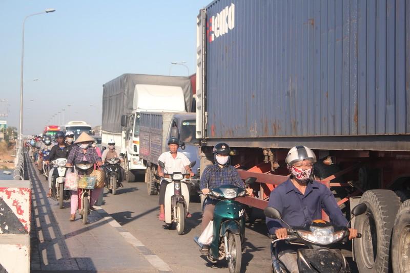 Kẹt xe trong ngày đầu tiên trạm thu phí cầu Đồng Nai mới hoạt động - ảnh 2