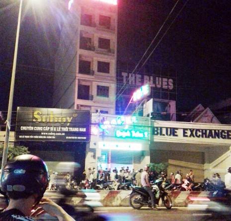 Thanh niên bị đánh bất tỉnh trước cửa quán karaoke - ảnh 1
