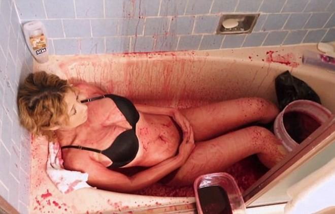 Cô gái 19 tuổi gây sốc khi tiết lộ tắm bằng... tiết lợn để 'giữ thanh xuân' - ảnh 2