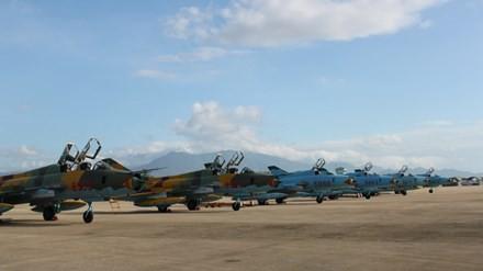 Dàn tiêm kích bom Su 22M4 và U-Su 22 trên sân bay. Ảnh: T.Đ.
