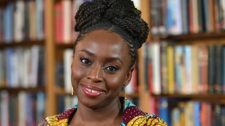 Tiểu thuyết gia người Nigeria - Chimamanda Ngozi Adichie.