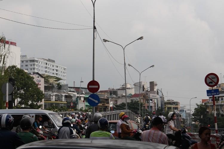 Cầu Trần Khánh Dư sáng chiều đều... kẹt - ảnh 4