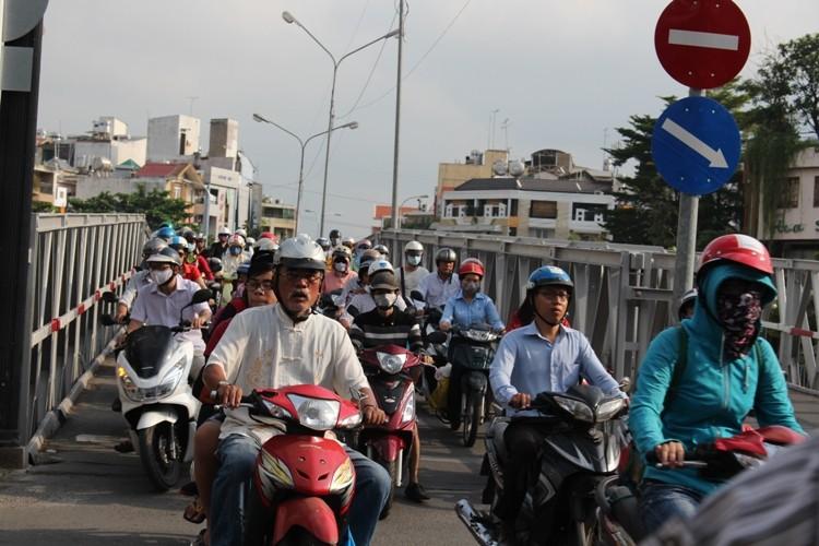 Cầu Trần Khánh Dư sáng chiều đều... kẹt - ảnh 5