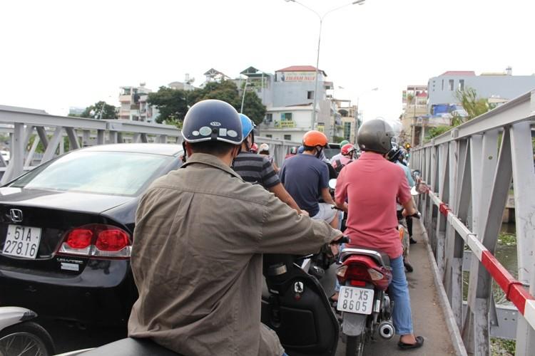 Cầu Trần Khánh Dư sáng chiều đều... kẹt - ảnh 6