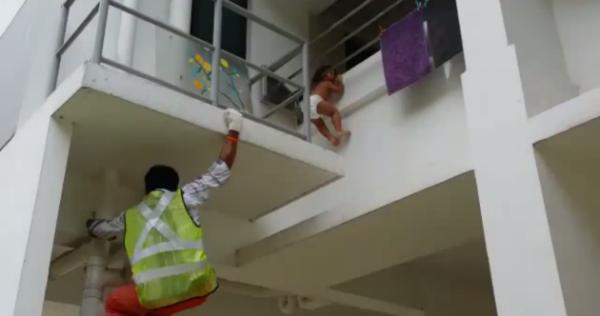Kinh hãi cảnh em bé kẹt đầu vào chấn song tòn teng trên không - ảnh 1