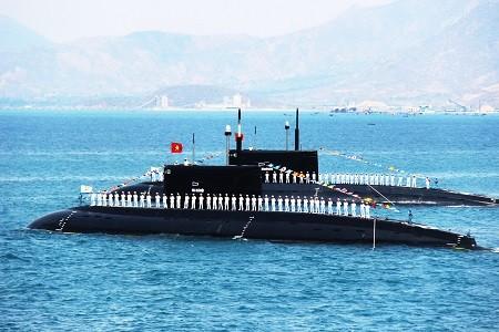 Tàu ngầm Kilo trình diễn dịp kỷ niệm 60 năm thành lập Hải quân Việt Nam