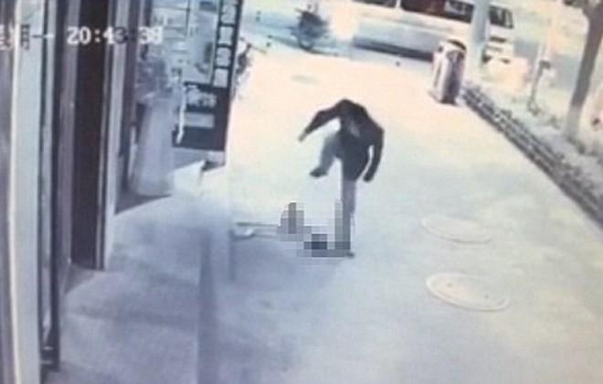 Bé trai 3 tuổi bị giẫm đạp liên tiếp ngay trên phố - ảnh 1