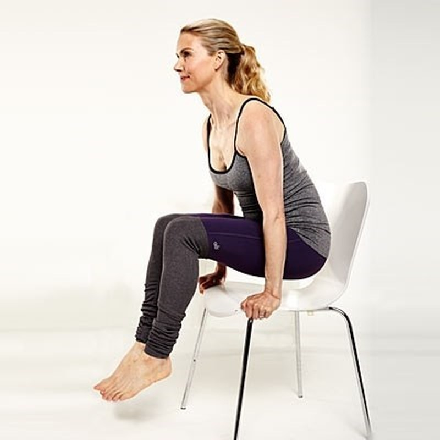 Năm động tác yoga 'ngồi tại chỗ' dành cho các chị em công sở - ảnh 1