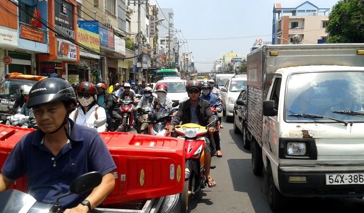 Ùn tắc hàng giờ vì xe bồn chở dầu va chạm xe máy - ảnh 3