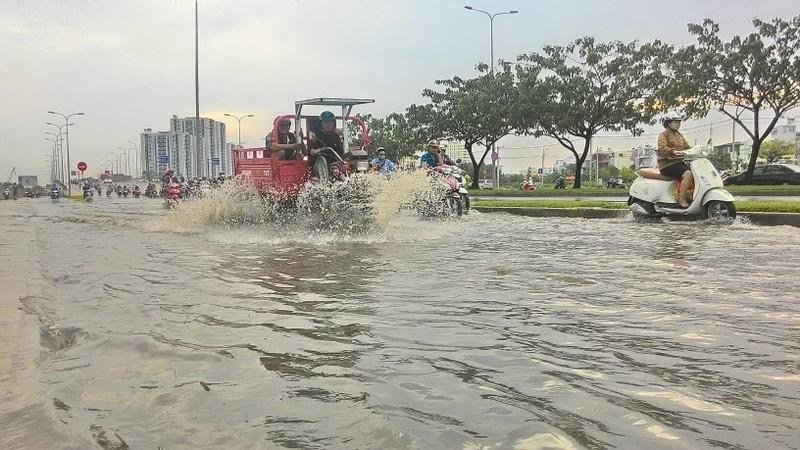 Đại lộ Võ Văn Kiệt mênh mông nước sau cơn mưa ngắn - ảnh 2