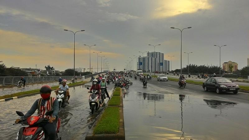Đại lộ Võ Văn Kiệt mênh mông nước sau cơn mưa ngắn - ảnh 4