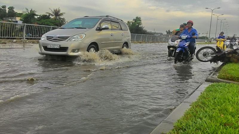 Đại lộ Võ Văn Kiệt mênh mông nước sau cơn mưa ngắn - ảnh 5