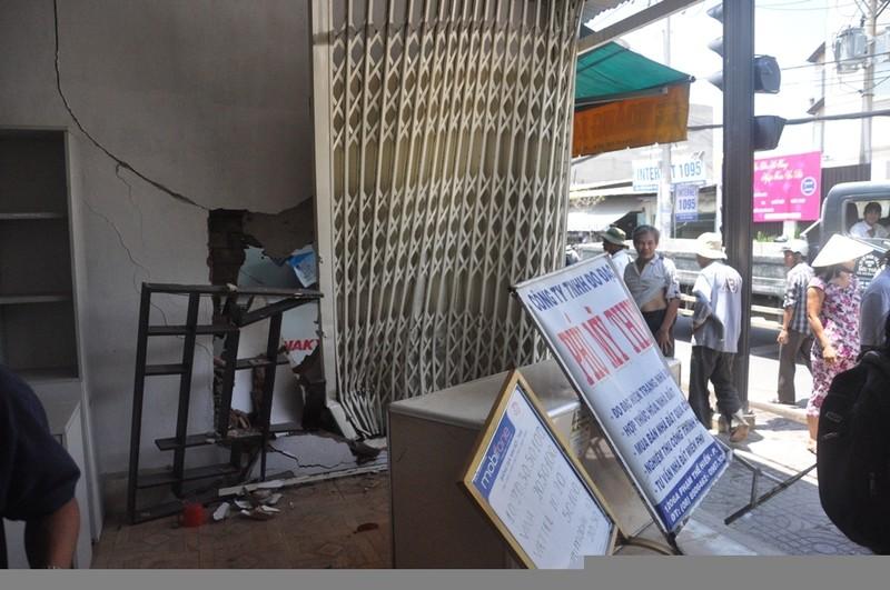 Taxi tông sập nhà dân ở Sài Gòn - ảnh 3