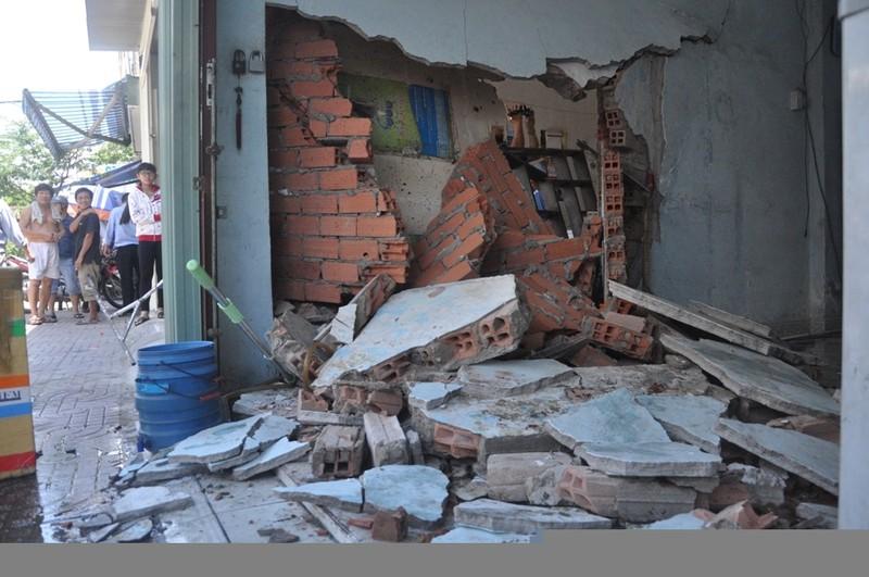 Taxi tông sập nhà dân ở Sài Gòn - ảnh 4