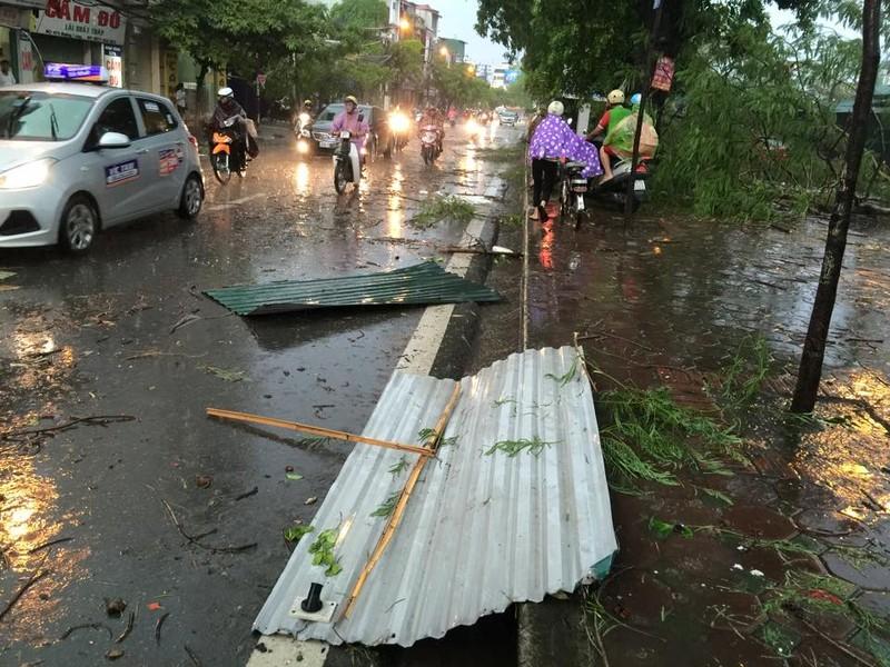 Hà Nội mưa giông kinh hoàng, cây đổ, xe lật, nhà bật móng - ảnh 6