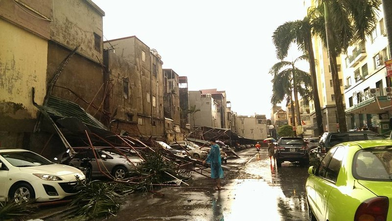 Hà Nội mưa giông kinh hoàng, cây đổ, xe lật, nhà bật móng - ảnh 7