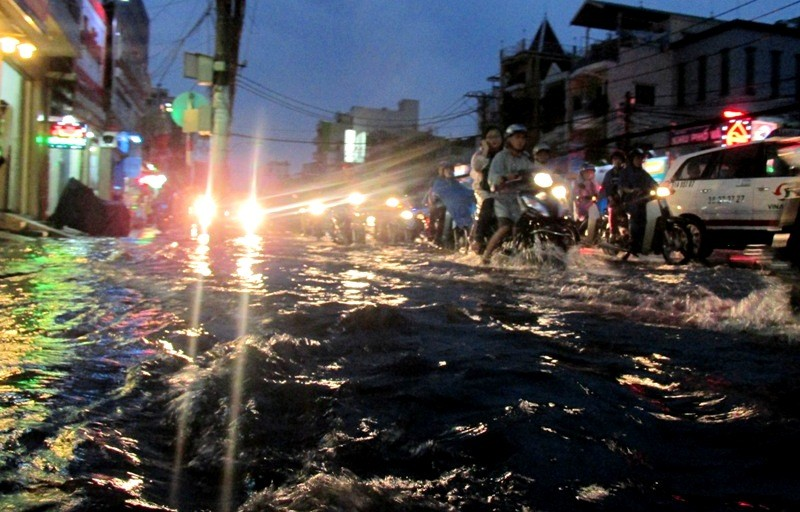 Sài Gòn bắt đầu vào mùa 'ngập nước' - ảnh 1