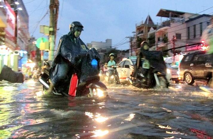 Sài Gòn bắt đầu vào mùa 'ngập nước' - ảnh 2