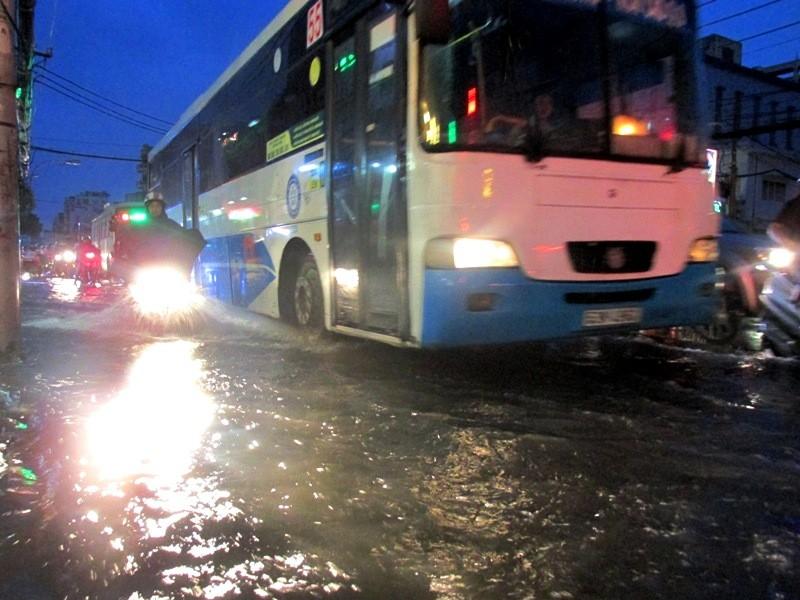 Sài Gòn bắt đầu vào mùa 'ngập nước' - ảnh 3