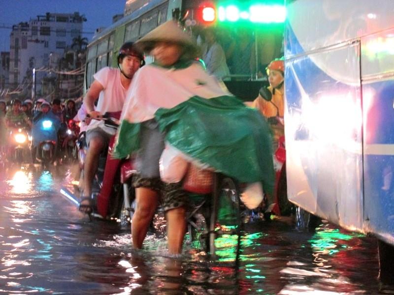 Sài Gòn bắt đầu vào mùa 'ngập nước' - ảnh 4