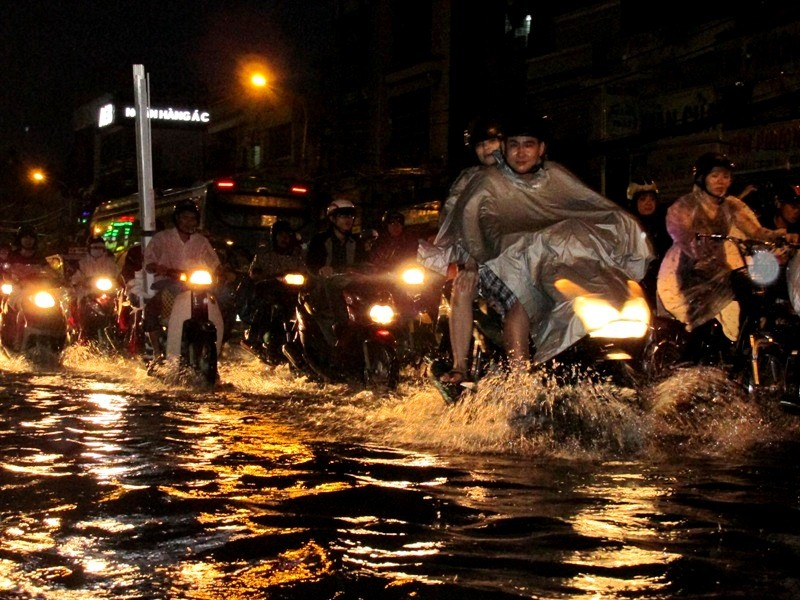 Sài Gòn bắt đầu vào mùa 'ngập nước' - ảnh 5