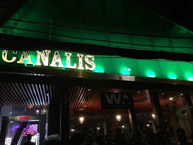 Quán bar Canalis bị công an đột kích.