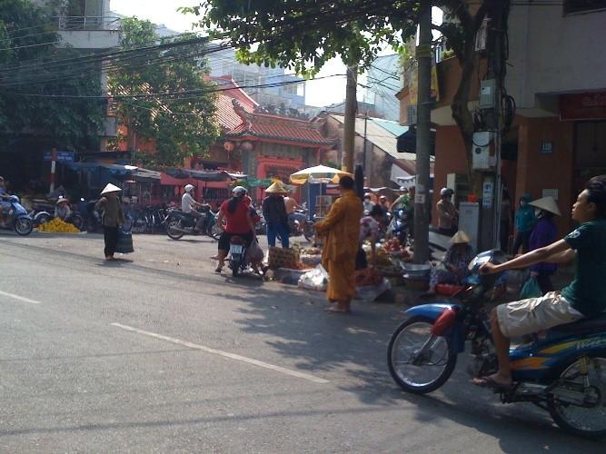 'Sư' giả nhan nhản xuống đường phố Biên Hòa - ảnh 1
