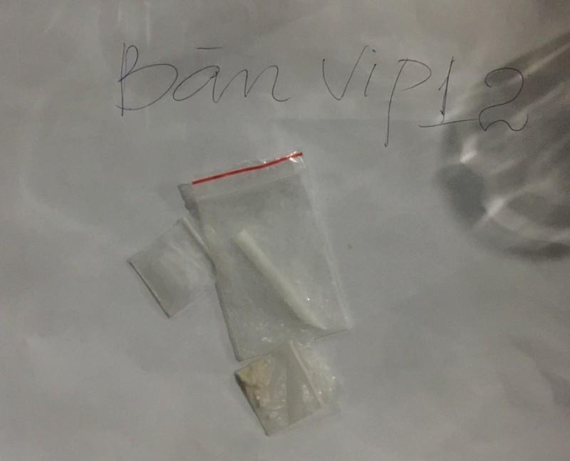 Nhiều túi nilon chứa chất bột màu trắng được công an phát hiện trên bàn Vip 12 nghi vấn là ma túy.
